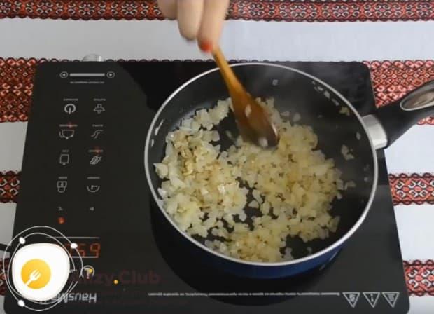 Пока суп варится, поджариваем до золотистого цвета мелко нарезанный лук.