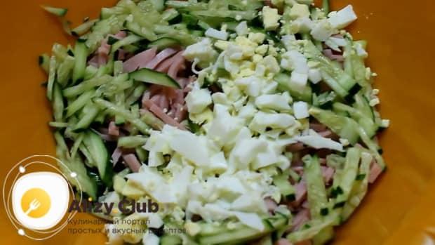 Для приготовления холодного литовского борща на кефире, соедините ингредиенты.
