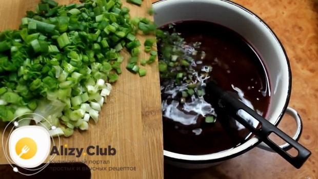 Для приготовления холодного литовского борща на кефире, нарежьте лук