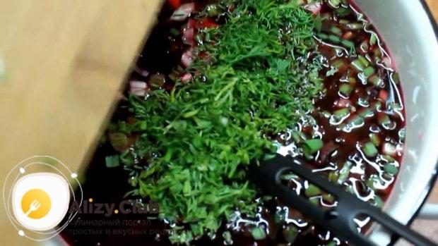 Для приготовления холодного литовского борща на кефире, нарежьте укроп.