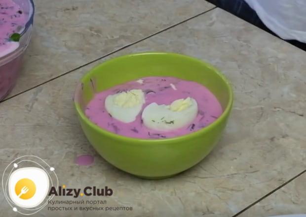 Вкусный холодинк на кефире со свеклой подаем, выложив в каждую мисочку кусочки отваренного вкрутую яйца.
