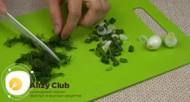 Для приготовления холодного борща с маринованной свеклой, нарежьте зелень.