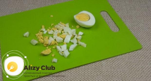 Для приготовления холодного борща с маринованной свеклой, нарежьте яйца.