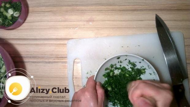 Разомните зелень для приготовления холодного борща с маринованной свеклой