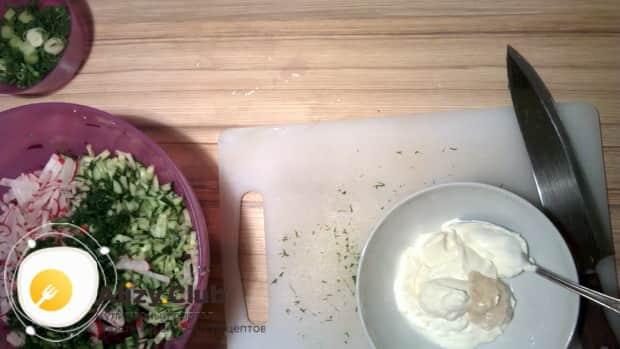 Приготовьте заправку для приготовления холодного борща с маринованной свеклой