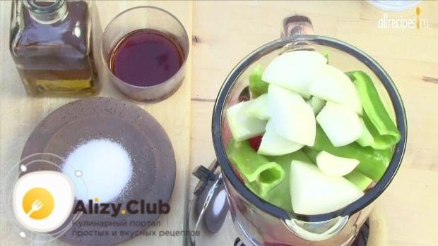 Выкладываем нарезанные овощи в блендер и солим ингредиенты