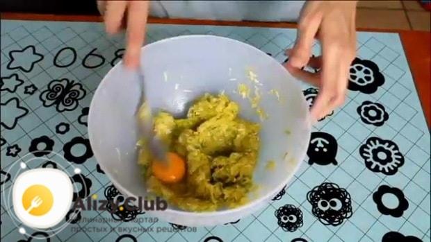 Вбейте 1 сырое яйцо, пермешайте до однородности