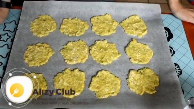 На застеленный пекарской бумагой противень выложите ложкой тесто