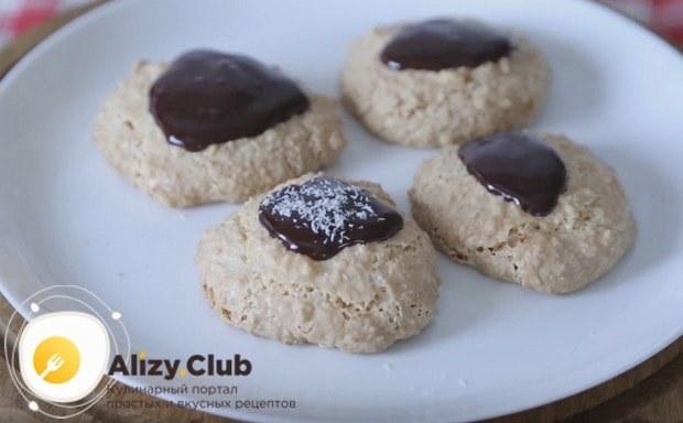 Кокосовое печенье, приготовленное по такому простому рецепту, можно украсить растопленным шоколадом.