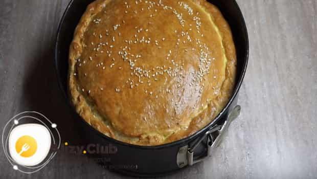 Можно украсить луковый пирог - кунжутом