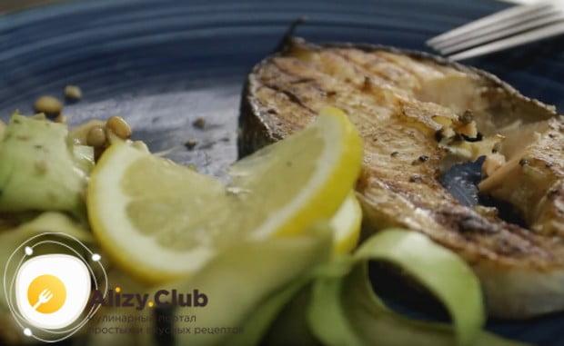 Такое блюдо при подаче принято украшать дольками лимона.