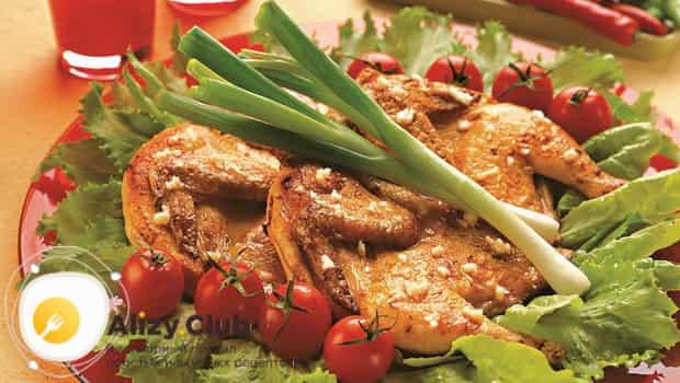 Цыпленок табака , приготовленый в духовке можно подать с зеленью, огурцами и помидорами