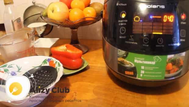 Закрываем чашу мультиварки и готовим рис с овощами на гарнир