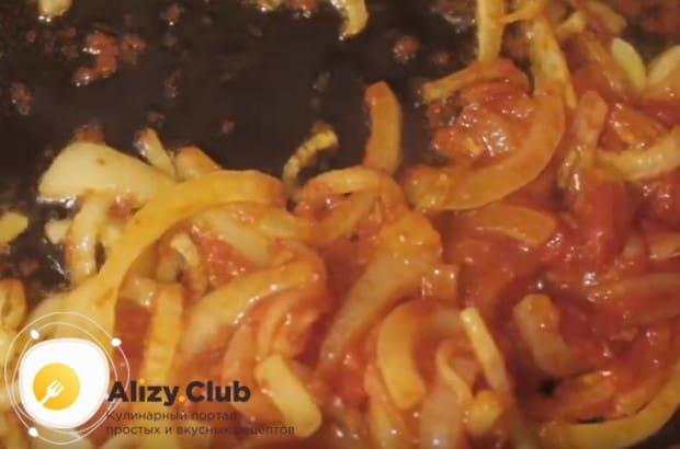 Добавляем к луку томатную пасту, перемешиваем.