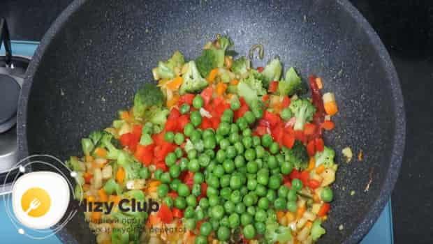 В сковородку добавляем зеленый горошек