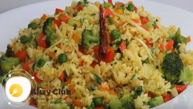 Готовый рис с овощами подаем к столу