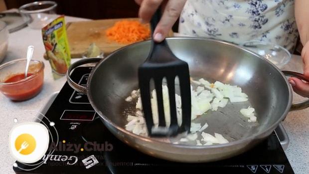 Обжарьте лук для приготовления котлет с подливой.