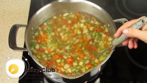 Отварите все овощи для приготовления супа с фрикадельками и вермишелью