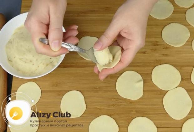 Положите начинку на  тесто для вареников с картошкой