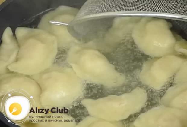 Отварите вареники с картошкой.