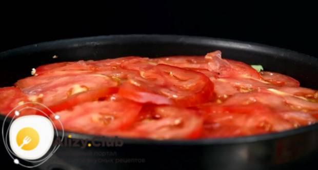 Нарежьте кружочками 120 г помидор