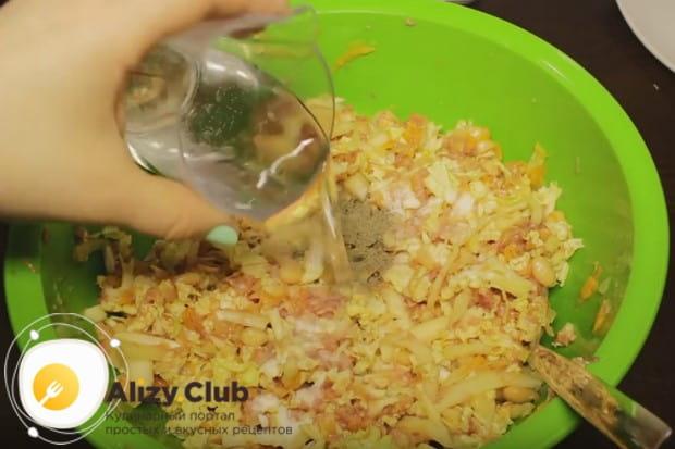 Солим и перчим все по вкусу, добавляем воду и перемешиваем еще раз.