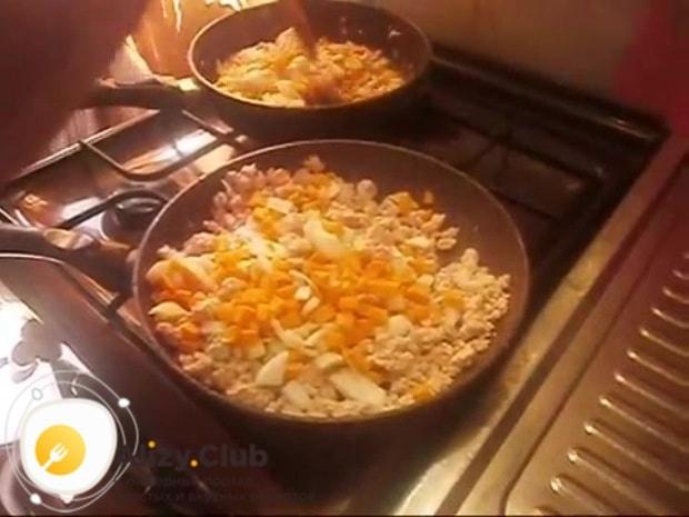 Высыпаем к фаршу с луком нарезанную морковь