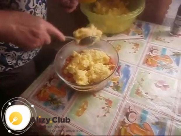 Когда картофель сварился, толчём его до однородного состояния без комочков