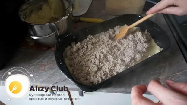 Для приготовления картофельной запеканки, выложите слой мяса.