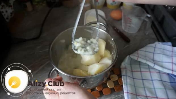 Для приготовления картофельной запеканки, приготовьте пюре.