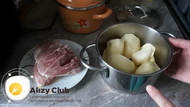 Для приготовления картофельной запеканки, отварите картофель.