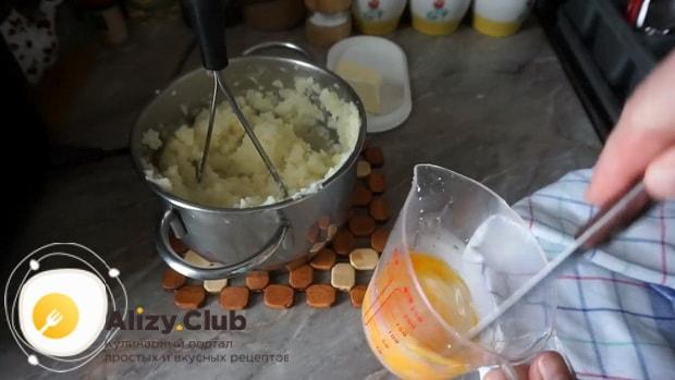 Для приготовления картофельной запеканки, взбейте яйца.