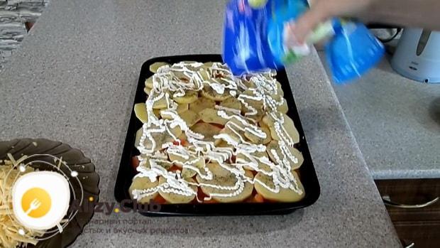 Для приготовления картофельной запеканки, добавьте майонез.