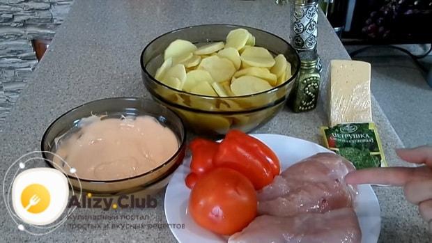 Для приготовления картофельной запеканки, подготовьте все ингредиенты.