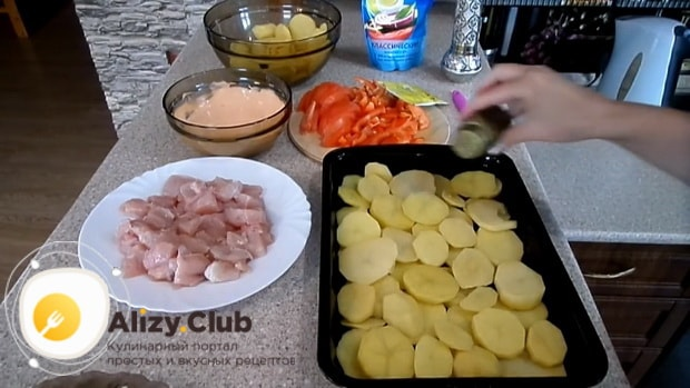 Для приготовления картофельной запеканки, выложите ингредиенты в форму.