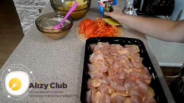 Для приготовления картофельной запеканки, выложите мясо.