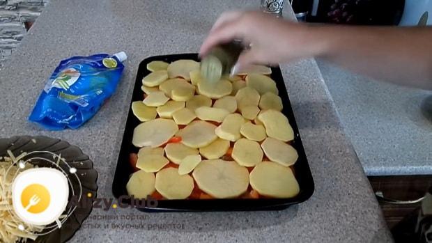 Для приготовления картофельной запеканки, выложите ингредиенты слоями