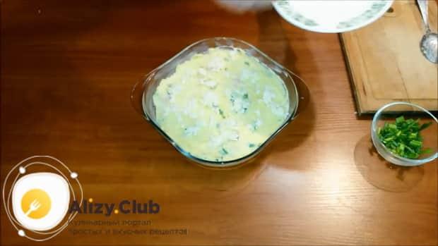 Для приготовления картофельной запеканки с сыром выложите ингредиенты в форму.