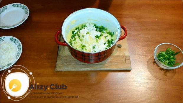 Для приготовления картофельной запеканки с сыром перемешайте фарш.