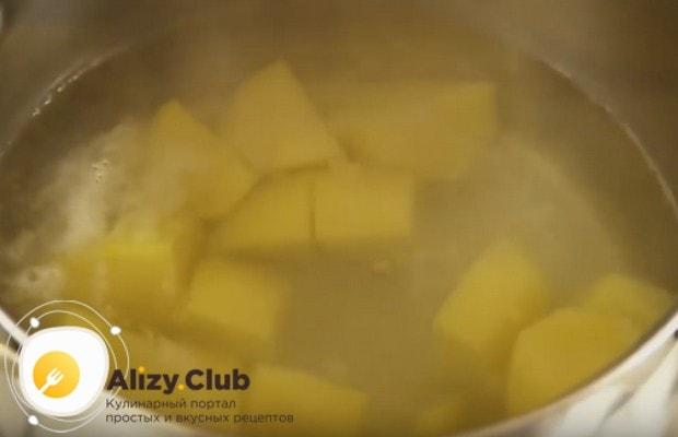 Для начала чистим, режем на кусочки и варим до готовности картофель.
