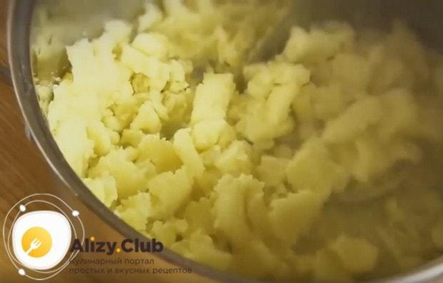 Готовый картофель мнем в пюре.