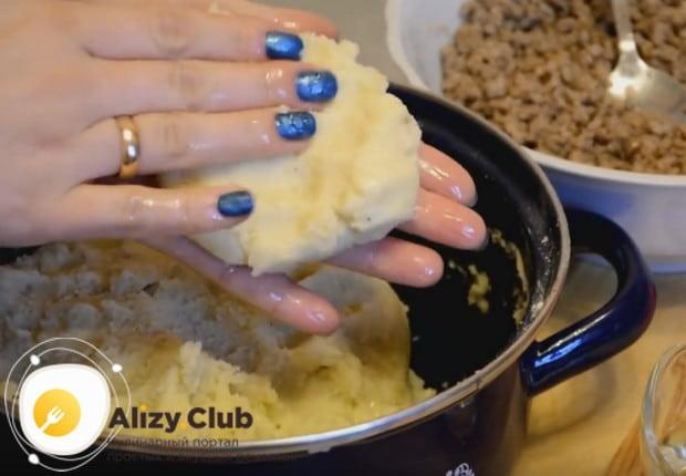 Берем немного картофельной массы и формируем из нее лепешку.