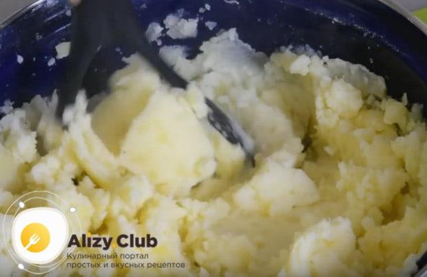 Толкушкой разминаем картофель в пюре.