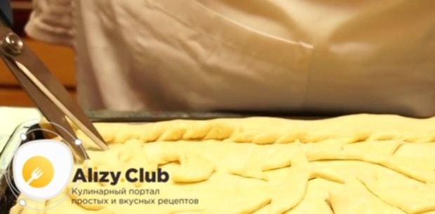 В поверхности пирога делаем несколько отверстий