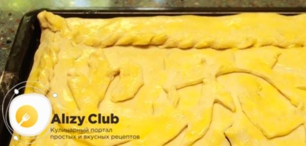 Пирог сверху смазываем взбитым желтком
