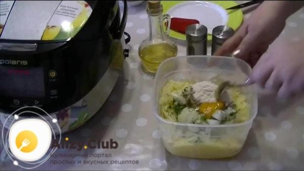 К полученной смеси добавляем яйцо