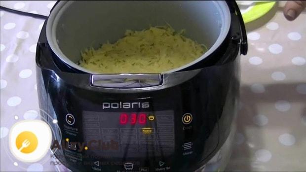 Выкладываем картофельную массу в мультиварку