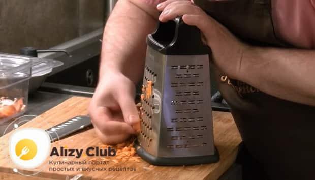 По рецепту, для приготовления каши из чечевицы натрите морковь.