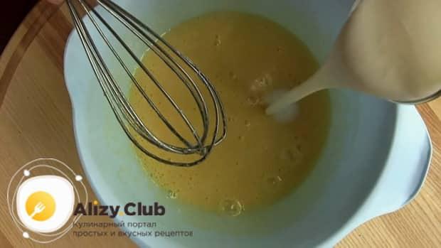 Для приготовления теста для кекса на кефире, добавьте в яичную смесь кефир.