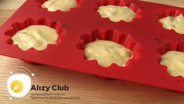 Для приготовления кефирного кекса, выложите тесто в формы.
